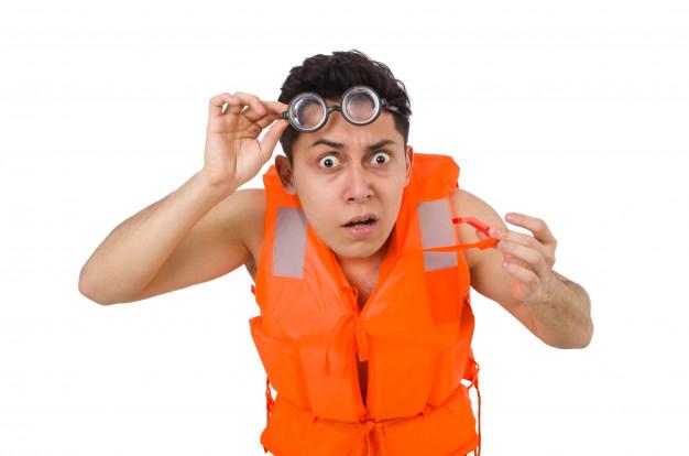 que chaleco salvavidas elegir - foto de hombre desorientado